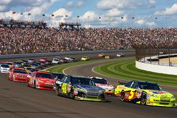 Restart: Mark Martin, Hendrick Motorsports Chevrolet and Jimmie Johnson, Hendrick Motorsports Chevrolet lead the field