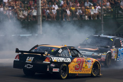 Jeff Burton, Richard Childress Racing Chevrolet and Bobby Labonte, Hall of Fame Racing Ford crash