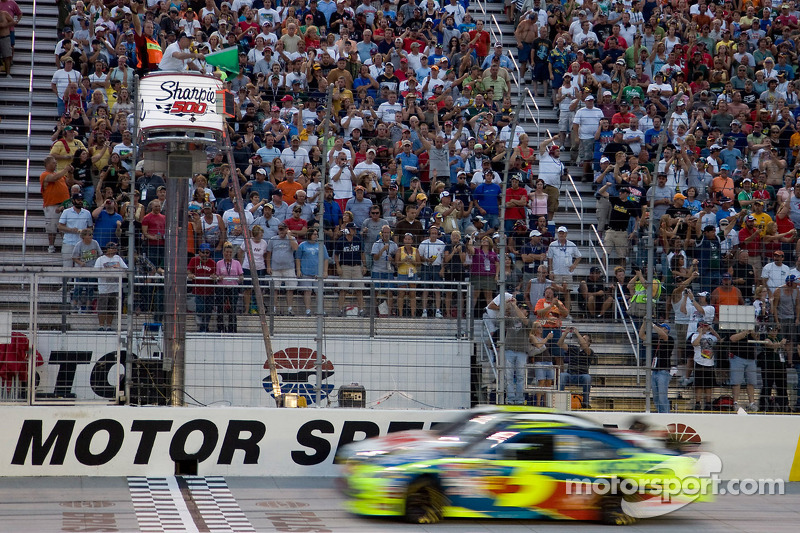 Start: Mark Martin, Hendrick Motorsports Chevrolet leads the field