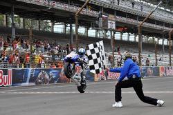 Хорхе Лоренсо, Fiat Yamaha Team пересекает финишную черту
