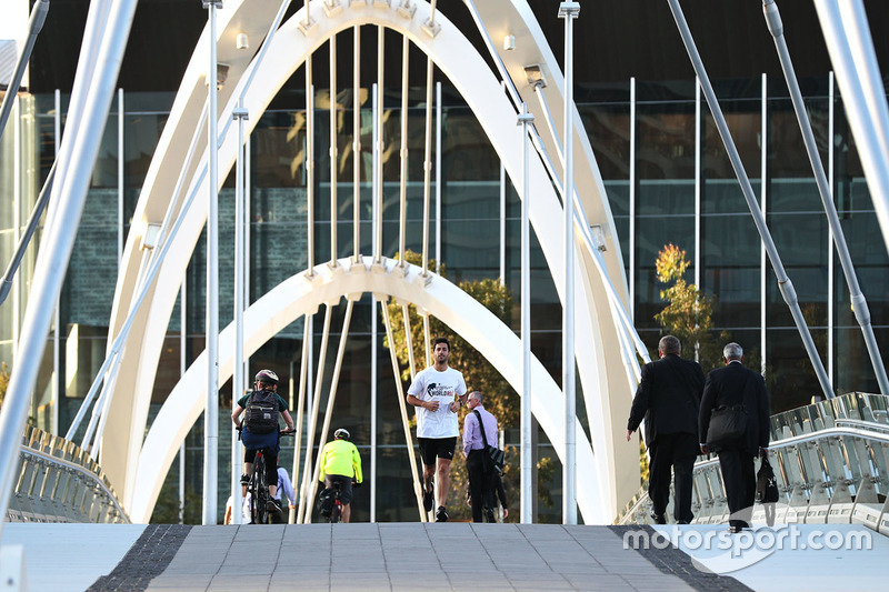 Daniel Ricciardo, Red Bull Racing runs across Seafarers Bridge