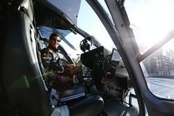 Daniel Ricciardo, Red Bull Racing, si prepara per un volo in elicottero