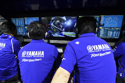 Miembros del equipo Yamaha ve a  Jorge Lorenzo