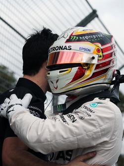 Обладатель поула - Льюис Хэмилтон, Mercedes AMG F1 Team празднует в закрытом парке