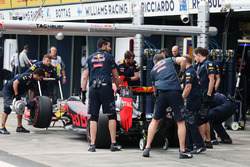Daniil Kvyat, Red Bull Racing RB12 in the pits