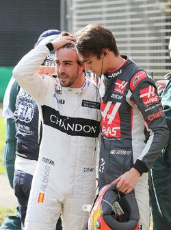 Fernando Alonso, McLaren met Esteban Gutierrez, Haas F1 Team na crash
