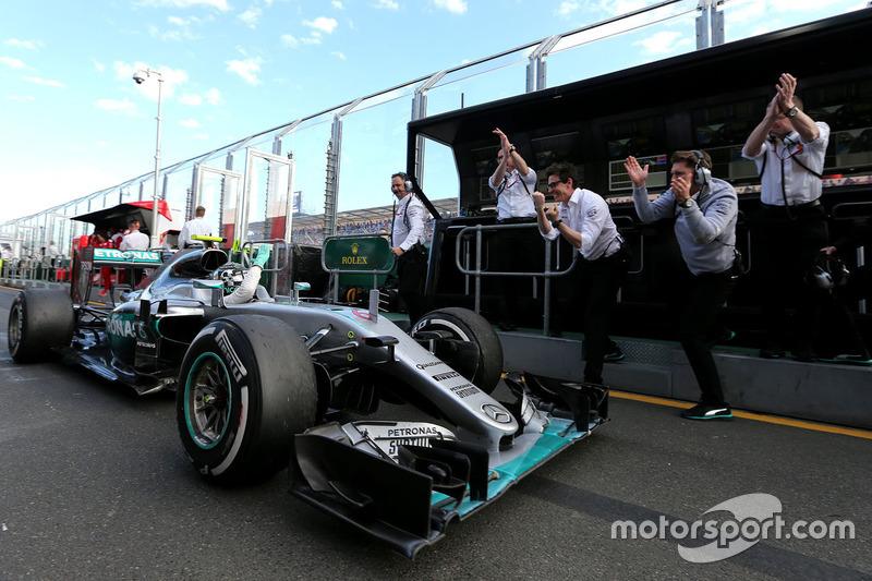 Ganador Nico Rosberg, Mercedes AMG F1 Team W07 en el pitlane