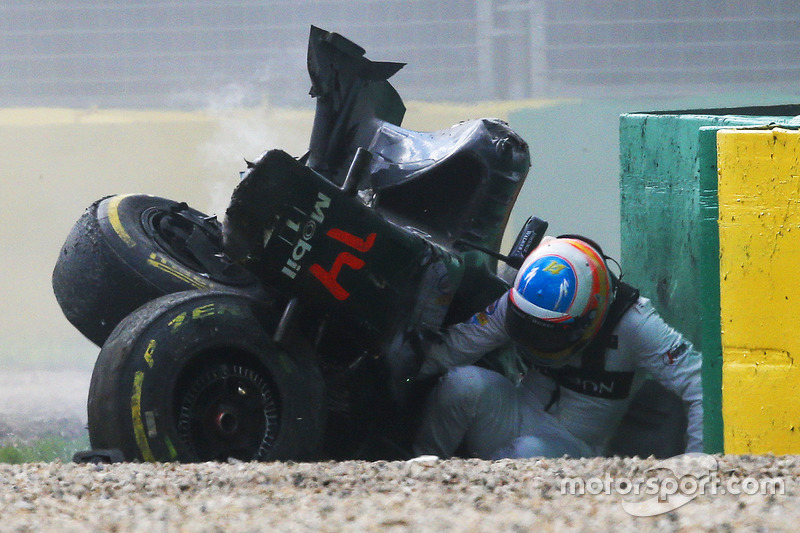 Fernando Alonso, McLaren MP4-31, sale del coche tras su gran accidente