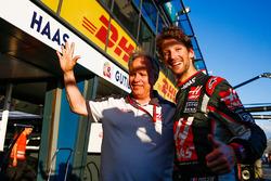 Джин Хаас, президент Haas Automotion празднует шестое место в дебютной гонке вместе с Роменом Грожаном, Haas F1 Team