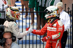 Sebastian Vettel, Ferrari y Lewis Hamilton, Mercedes AMG F1 Team se sacude las manos en el parc ferme