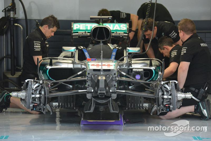 Mercedes AMG F1 Team W07. Sul muso si notano i due condotti separati dell'S-duct