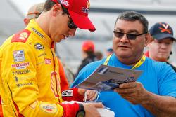 Joey Logano, Team Penske Ford gibt Autogramme
