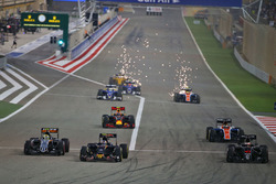 Start zum Rennen: Sergio Perez, Sahara Force India F1 VJM09, Carlos Sainz Jr.; Scuderia Toro Rosso STR11 und Stoffel Vandoorne, McLaren MP4-31