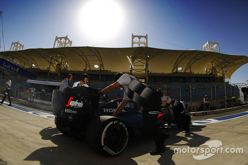 Stoffel Vandoorne, McLaren MP4-31 en pits