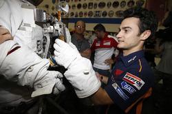Дани Педроса, Repsol Honda Team рассматривает костюм астронафта во время посещения космического центра NASA