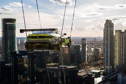 Машину Aston Martin V8 Vantage GTE Challenger поднимают на кране