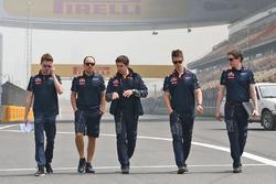 Даниил Квят, изучает трассу Red Bull Racing с командой