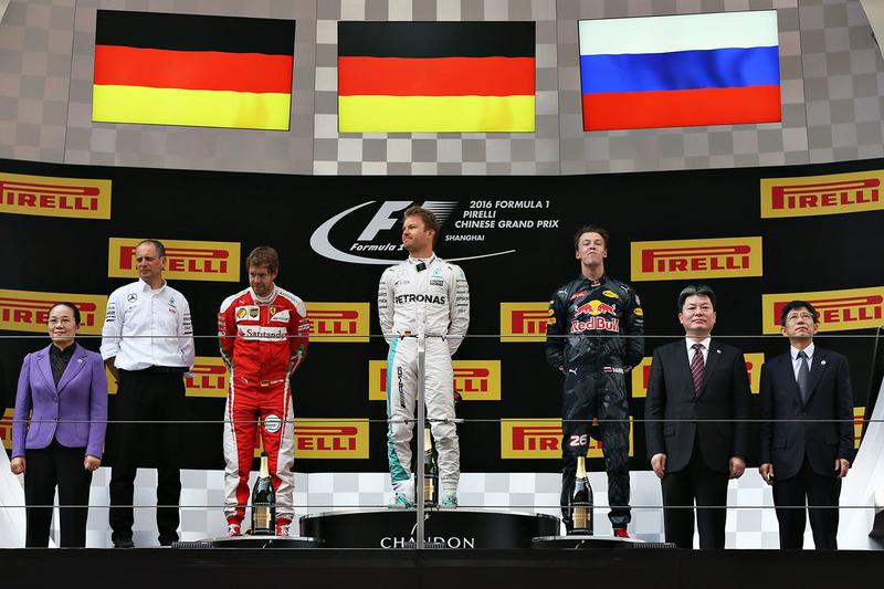 Подиум: победитель - Нико hjc,thu, Mercedes AMG F1 Team, второе место - Себастьян Феттель, Ferrari, третье место - Даниил Квят, Red Bull Racing