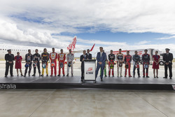V8 Supercars CEO James Warburton ve Virgin Australia Group CEO John Borghett ve pilotlar