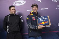 Daniil Kvyat ganha bolo de aniversário