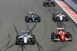 Valtteri Bottas, Williams FW38 e Kimi Raikkonen, Ferrari SF16-H lottano per la posizione