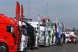 Transporter im Fahrerlager
