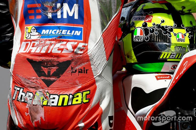 Andrea Iannone, equipo Ducati después de caer durante la calificación