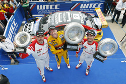 Podio: li vincitore Tom Coronel, Roal Motorsport, Chevrolet RML Cruze TC1, secondo José María López, Citroën World Touring Car Team, terzo Yvan Muller, Citroën World Touring Car Team, Citroën C-Elysée WTCC