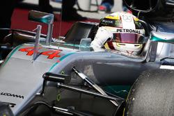 Льюис Хэмилтон, Mercedes AMG F1 W07 Hybrid празднует поул-позицию в закрытом парке