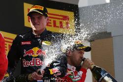 Победитель гонки - Макс Ферстаппен, Red Bull Racing RB12, Red Bull Racing празднует на подиуме с шампанским