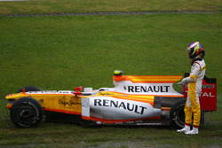 Romain Grosjean, Renault F1 Team part à la faute