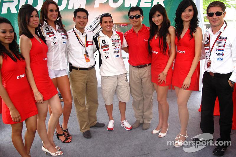 Randy De Puniet, LCR Honda MotoGP con chicas y VIPs