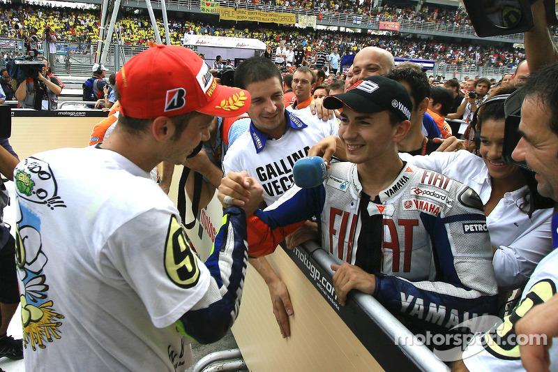 Campeón 2009 de MotoGP  Valentino Rossi, Fiat Yamaha Team celebra con Jorge Lorenzo