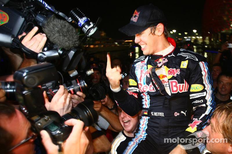 Red Bull Racing team celebration: Sebastian Vettel, Red Bull Racing celebrates his win with his team