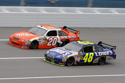 Jimmie Johnson, Hendrick Motorsports Chevrolet, Joey Logano, Joe Gibbs Racing Toyota