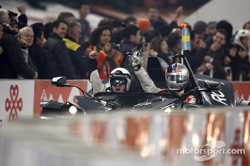 Ganador de la Carrera de Campeones Mattias Ekström celebra