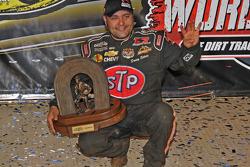 Donny Schatz lève ses 4 doigts pour son 4ème titre en World of Outlaws Sprint Car Series