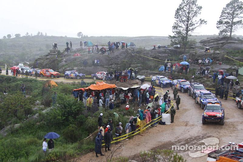 Los autos esperan el inicio bajo la lluvia
