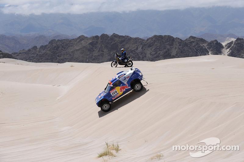 #306 Volkswagen: Nasser Al Attiyah y Timo Gottschalk y el #121 KTM: Christophe Barriere Varju