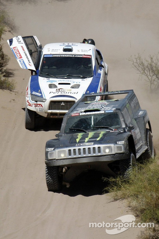 #302 Hummer: Robby Gordon et Andy Grider, #311 Mitsubishi: Orleto Terranova et Pascal Maimon