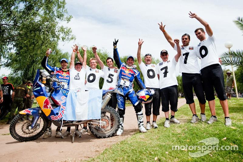 Cyril Despres, vainqueur du Dakar 2010 dans la catégorie Motos célèbre son succès avec son équipier Ruben Faria et les membres de l'équipe KTM