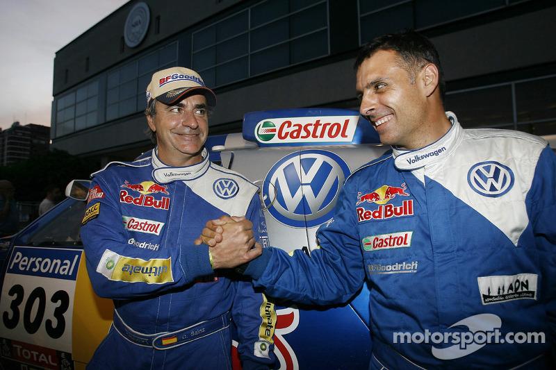 Podio de autos: los ganadores del Rally Dakar 2010 en la cateogría de autos, Carlos Sainz y Lucas Cruz Senra celebran