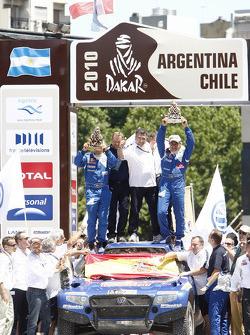 Auto's podium: 2010 Dakar Rally winnaars bij de auto's Carlos Sainz en Lucas Cruz Senra vieren feest met Kris Nissen