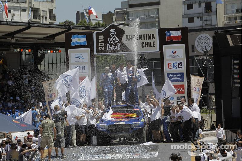 Podio de autos: los ganadores del Rally Dakar 2010 en la categoría de autos, Carlos Sainz y Lucas Cruz Senra celebran con Kris Nissen