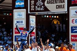Motorfiets podium: 2010 Dakar Rally winnaar bij de motoren Cyril Despres viert feest