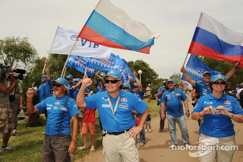 Les membres de l'équipe Kamaz-Master célèbrent leur victoire dans la catégorie Camions