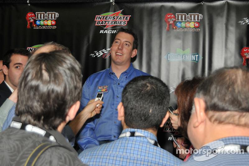 Kyle Busch s'adresse aux médias