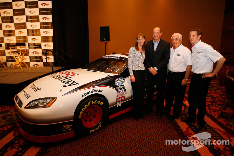 Seti Stablein (Directeur Marketing et Communication pour Ruby Tuesday), Mark Young (Senior Vice Président et Chef Marketing de Ruby Tuesday), Roger Penske (Propriétaire d'une équipe NASCAR) et Brad Keselowski (Pilote de la Dodge Ruby Tuesday N°22)
