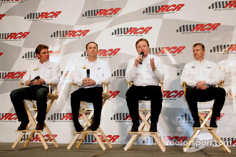 Clint Boywer, Kevin Harvick et Jeff Burton (pilotes RCR) et le propriétaire d'écurie Richard Childress