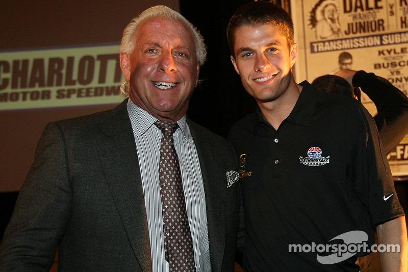 Ric Flair (catcher professionnel) est accueilli en NASCAR par David Ragan